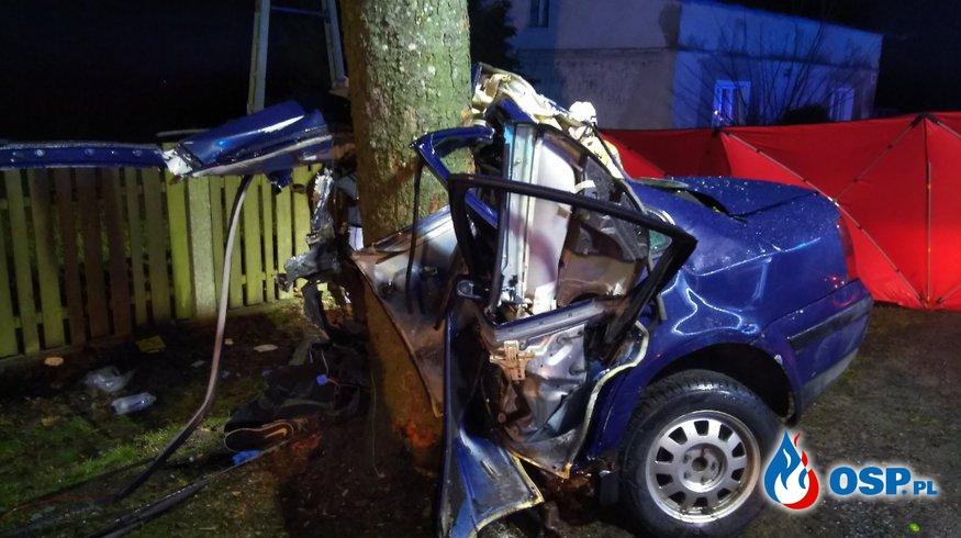 Samochód uderzył w drzewo i rozpadł się na pół. Kierowca zginął. OSP Ochotnicza Straż Pożarna