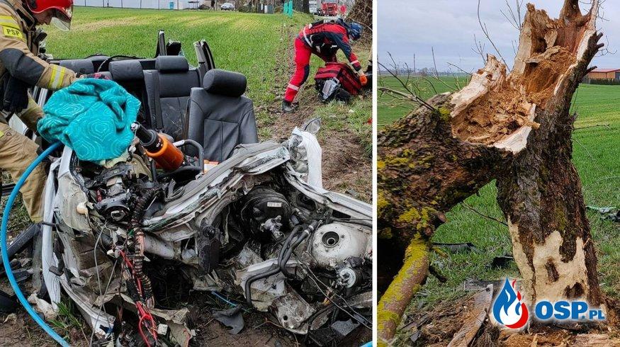 Rozpędzone BMW połamało drzewo. Z auta została kupa złomu OSP Ochotnicza Straż Pożarna