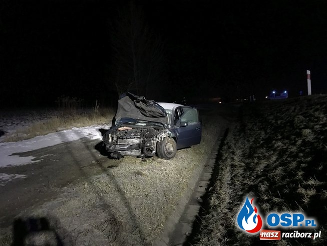 Radiowóz dachował po zderzeniu. Dwóch policjantów w szpitalu. OSP Ochotnicza Straż Pożarna