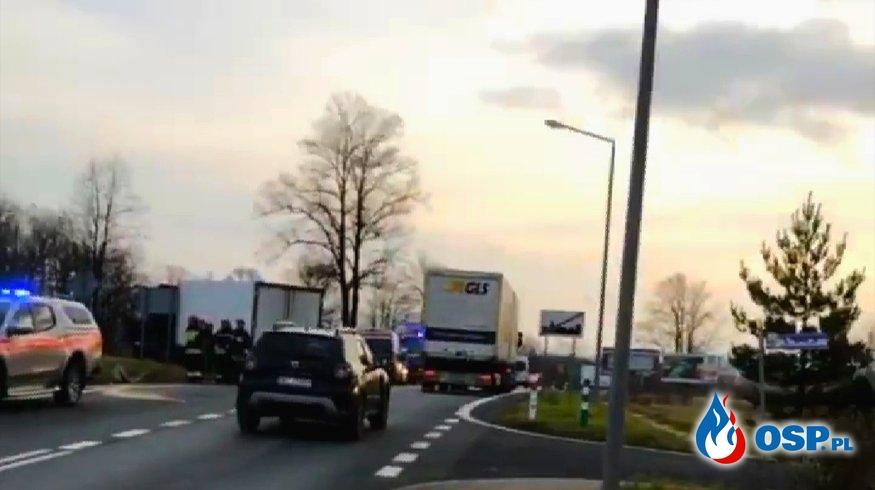 Zderzenie samochodu osobowego z ciężarówką na DK8 w Polanicy-Zdroju. OSP Ochotnicza Straż Pożarna