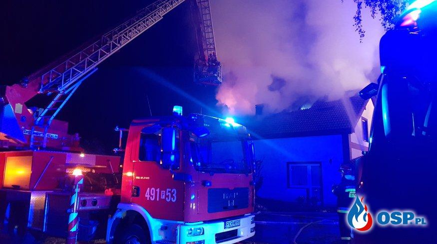 Nocny pożar domu jednorodzinnego. Mieszkańcy zdążyli uciec. OSP Ochotnicza Straż Pożarna