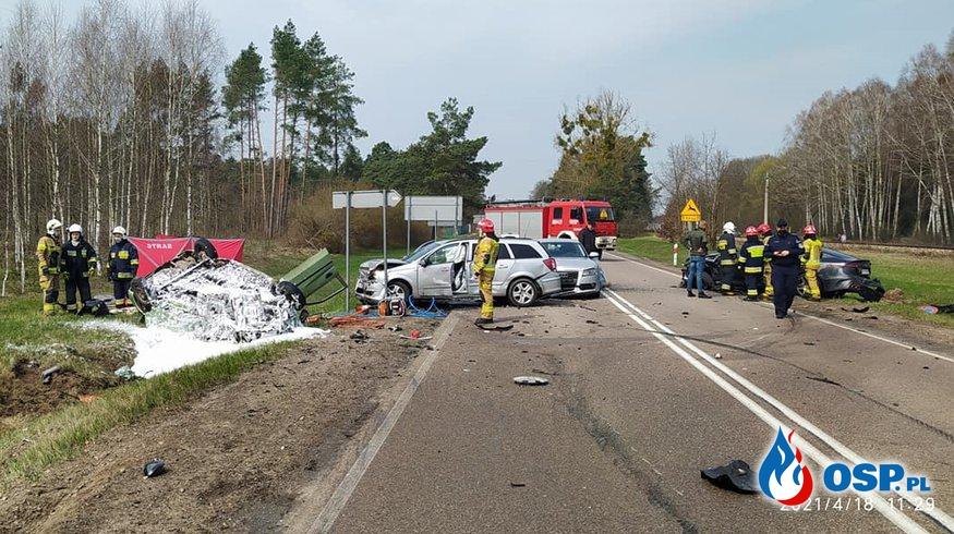 Auto dachowało i stanęło w ogniu po zderzeniu. Zginęła jedna osoba. OSP Ochotnicza Straż Pożarna
