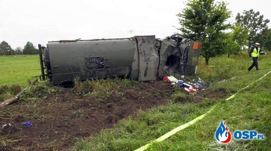 Wojskowa cysterna uderzyła w drzewo. Kierowca był reanimowany. OSP Ochotnicza Straż Pożarna