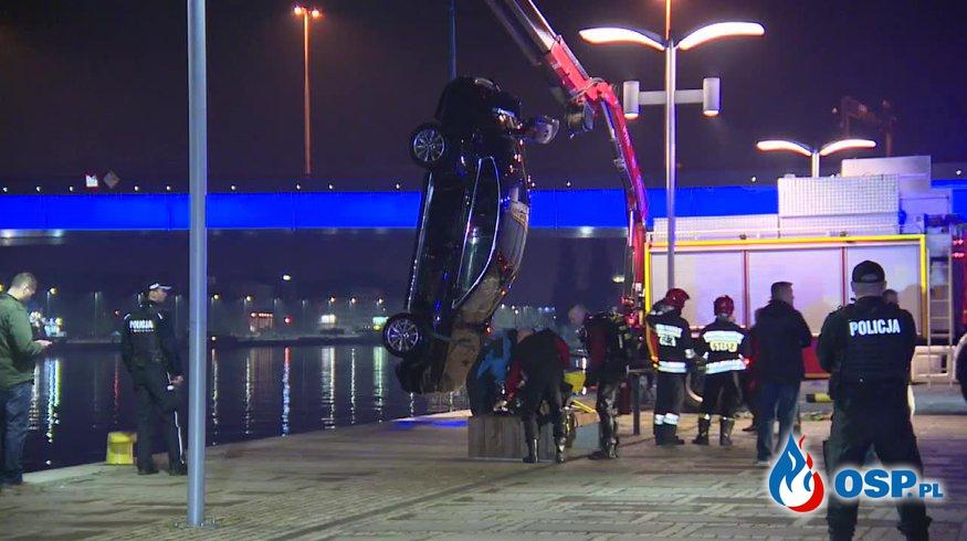 Volkswagen passat wpadł do Odry w Szczecinie. W środku dwóch mężczyzn! OSP Ochotnicza Straż Pożarna