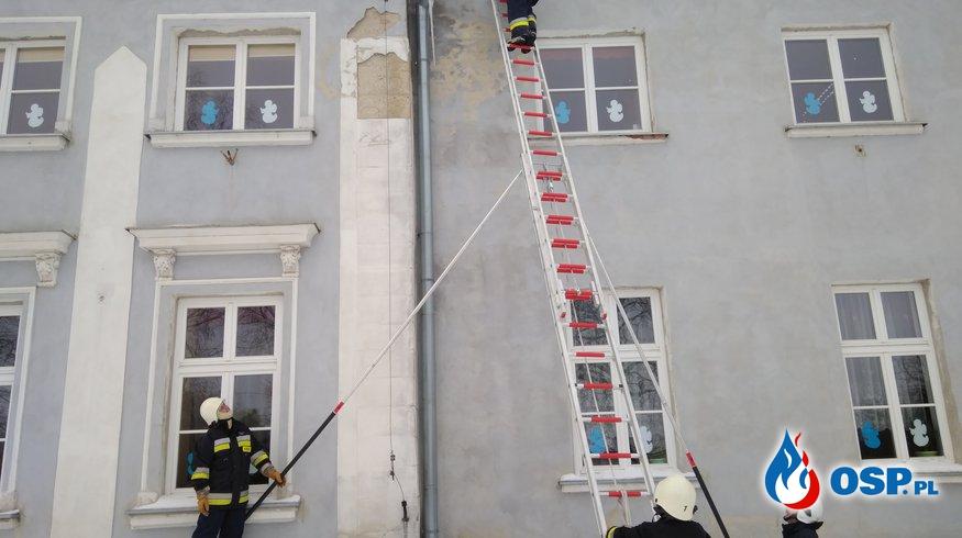 Usuwanie niebezpiecznych nawisów. OSP Ochotnicza Straż Pożarna