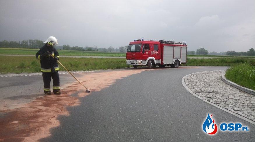 Neutralizacja substancji ropopochodnej z jezdni przy obwodnicy OSP Ochotnicza Straż Pożarna