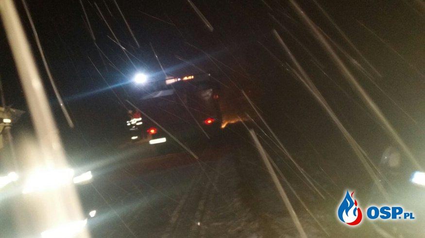 Dachowanie na trasie Kolonia Otocka – Puszyna. Zimowe warunki OSP Ochotnicza Straż Pożarna
