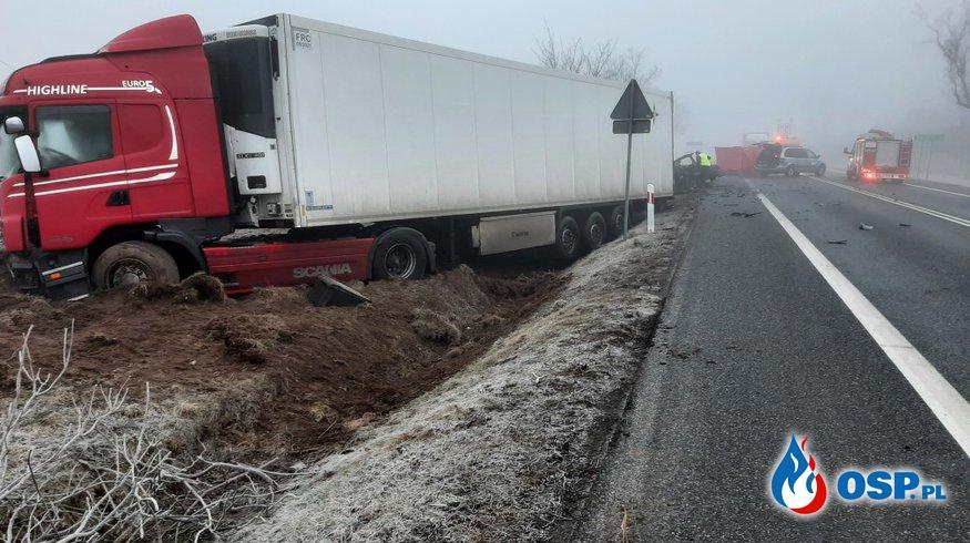 Tragiczny wypadek w gęstej mgle. Audi czołowo zderzyło się z ciężarówką. OSP Ochotnicza Straż Pożarna