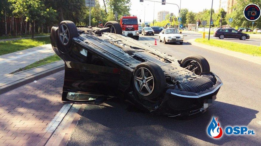 3 auta zderzyły się na warszawskim Ursynowie. Jedno z nich dachowało. OSP Ochotnicza Straż Pożarna
