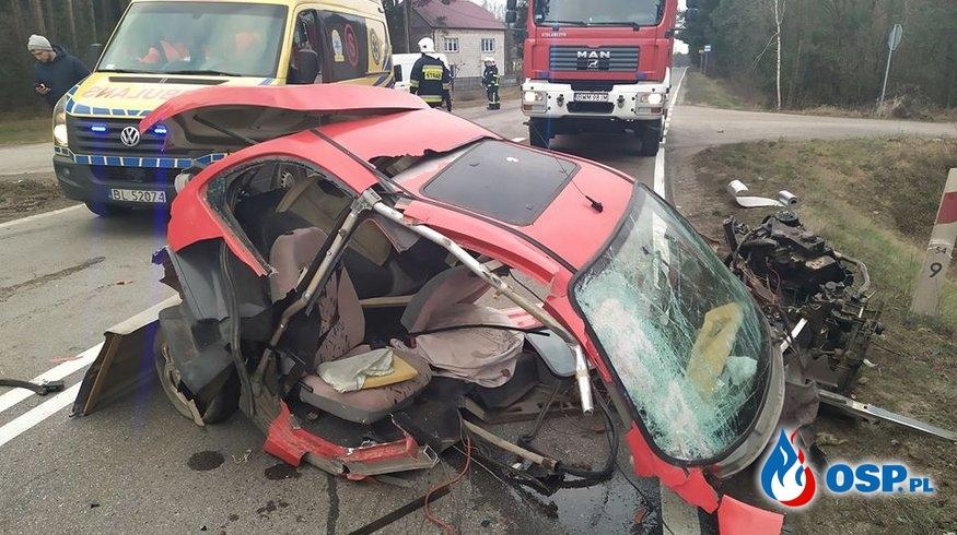 Auto rozpadło się po zderzeniu z ciężarówką. Cud, że nikt nie zginął. OSP Ochotnicza Straż Pożarna