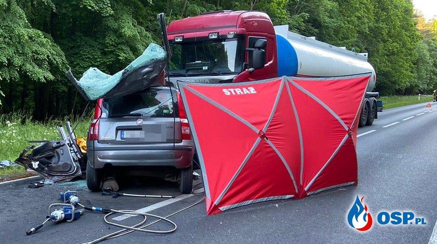 Czołowe zderzenie samochodu z cysterną w Wielkopolsce. Zginął 31-letni kierowca. OSP Ochotnicza Straż Pożarna