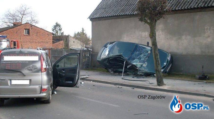 Czołowe zderzenie samochodów. OSP Ochotnicza Straż Pożarna
