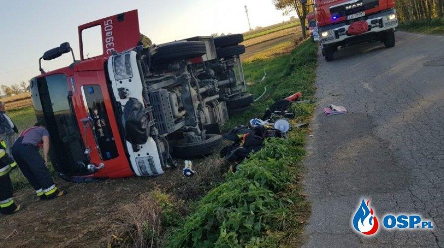 Wypadek strażaków w drodze do pożaru. Wóz przewrócił się na bok. OSP Ochotnicza Straż Pożarna