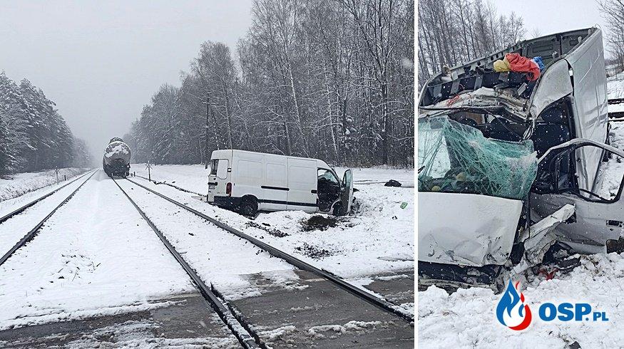 Bus wjechał pod pociąg, dwie osoby nie żyją. Tragiczny wypadek na Podkarpaciu. OSP Ochotnicza Straż Pożarna