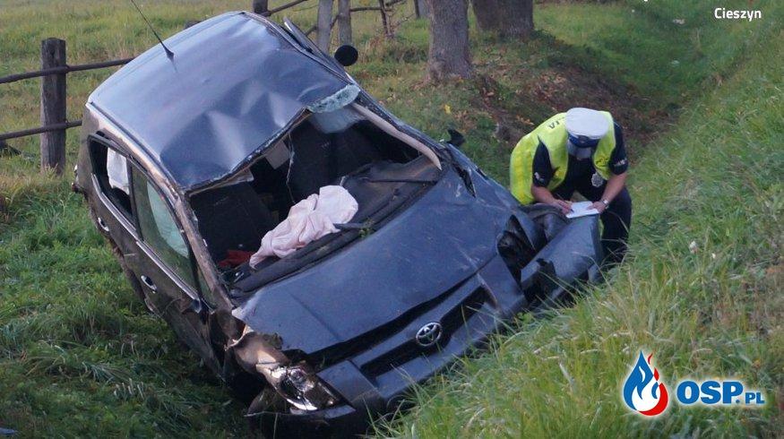 Toyota uderzyła w drzewo i dachowała. Nie żyje 37-latka OSP Ochotnicza Straż Pożarna