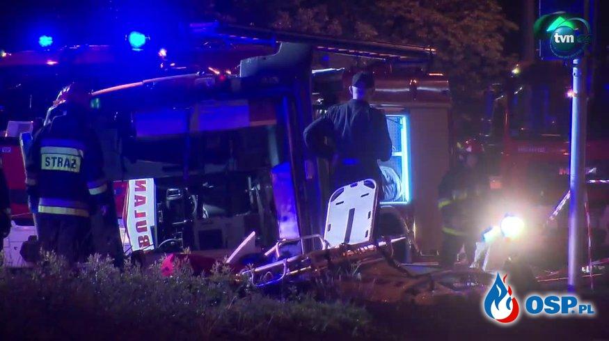 Zderzenie karetki z samochodem osobowym w Warszawie. Jeden z kierowców był zakleszczony. OSP Ochotnicza Straż Pożarna