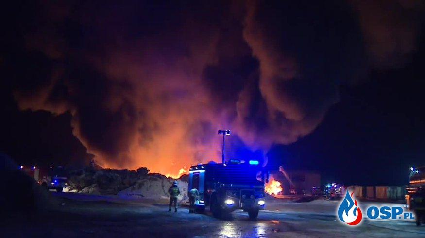 Ogromny pożar składowiska odpadów. Ponad 40 zastępów w akcji. OSP Ochotnicza Straż Pożarna