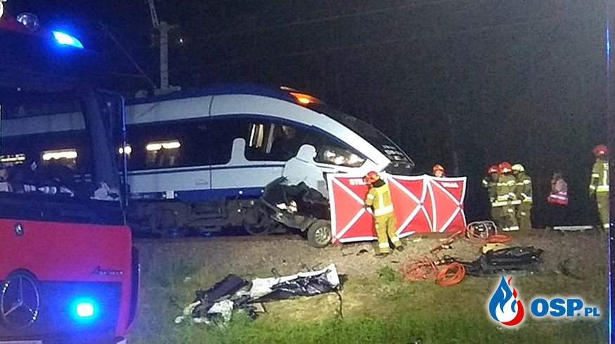 35-latka kierująca BMW ominęła rogatkę i wjechała pod pociąg. Tragedia na przejeździe kolejowym. OSP Ochotnicza Straż Pożarna