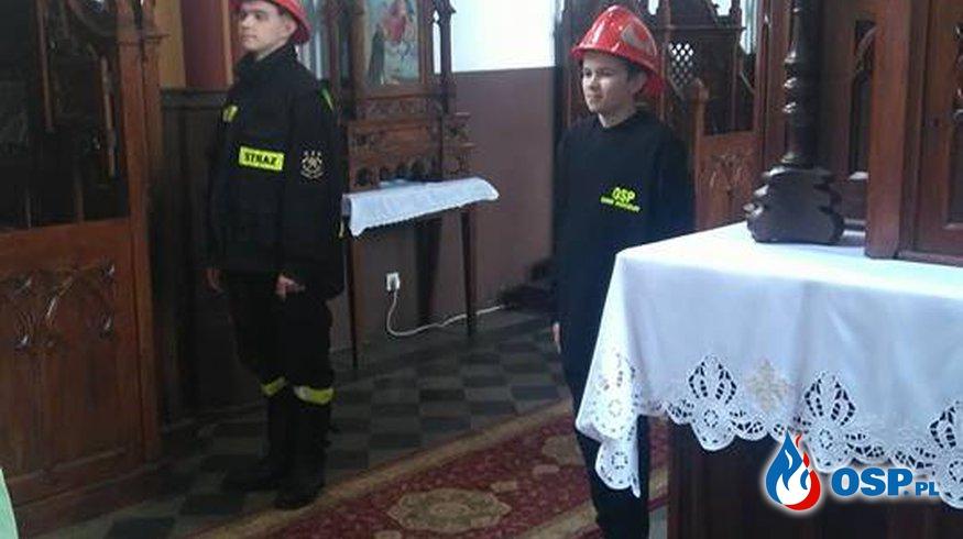 Warta honorowa Młodzieżowej Drużyny Pożarniczej przy Grobie Pańskim. OSP Ochotnicza Straż Pożarna