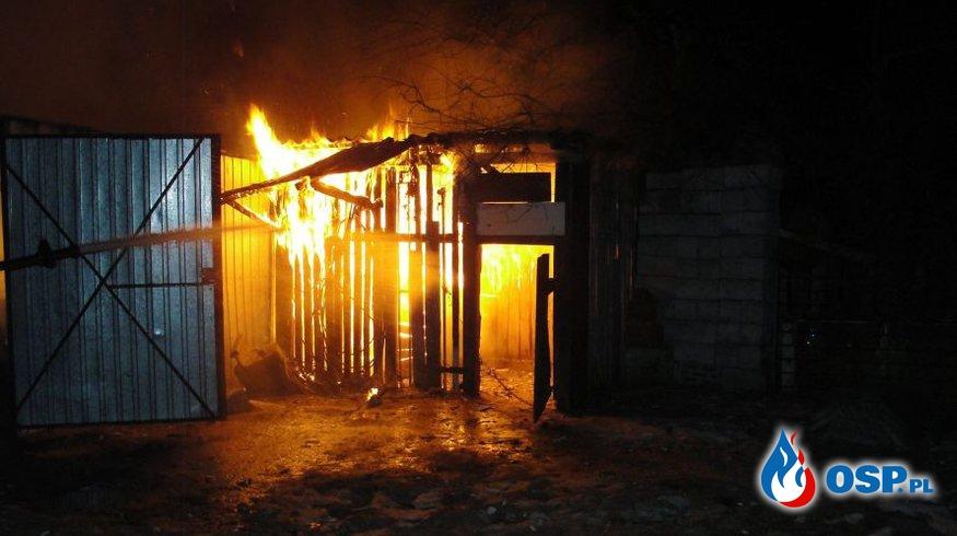 Pożar samochodu w blaszanym garażu. Auto doszczętnie spłonęło. OSP Ochotnicza Straż Pożarna