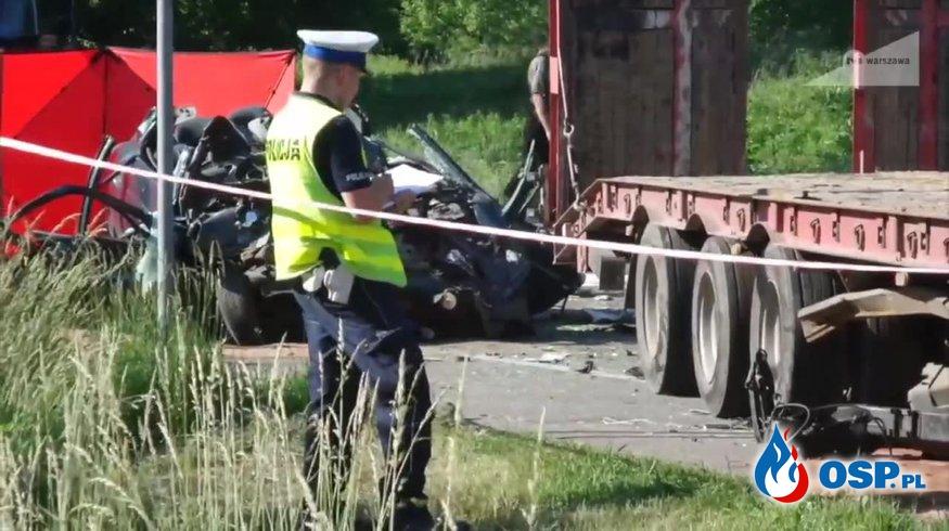 Wypadek śmiertelny w Karczewie pod Warszawą. Osobówka zderzyła się czołowo z samochodem ciężarowym. OSP Ochotnicza Straż Pożarna