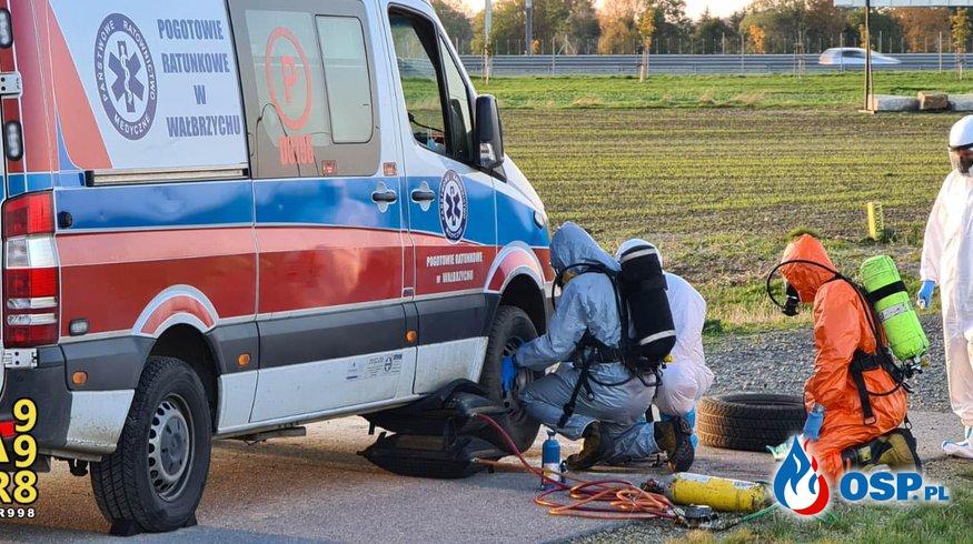 Strażacy pomogli ratownikom wymienić koło w karetce. Ambulans wiózł pacjenta z koronawirusem. OSP Ochotnicza Straż Pożarna