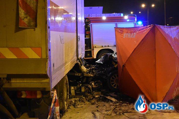Dwie osoby zginęły po zderzeniu w Łodzi. Audi wbiło się w auto dostawcze. OSP Ochotnicza Straż Pożarna