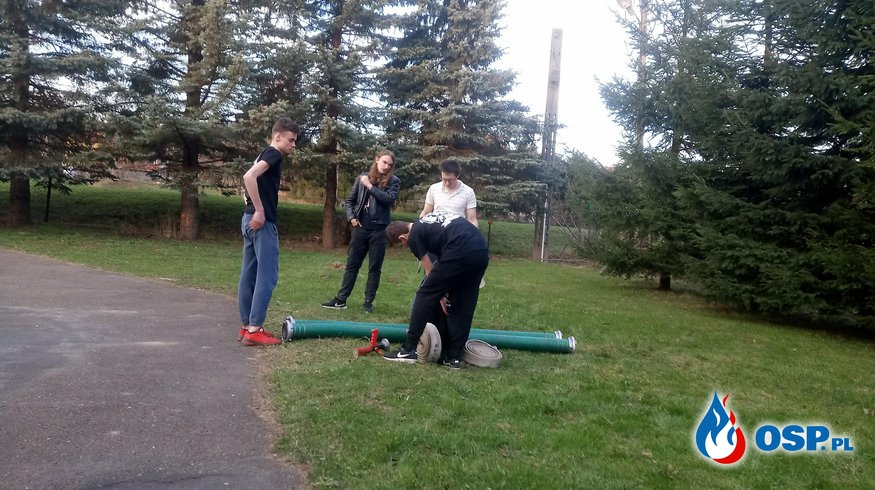 Młodzież rozpoczęłą ćwiczenia praktyczne OSP Ochotnicza Straż Pożarna
