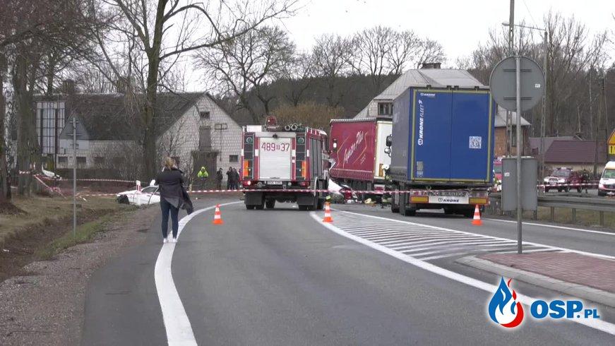 Mercedes rozpadł się po zderzeniu. Nie żyje dwóch nastolatków. OSP Ochotnicza Straż Pożarna