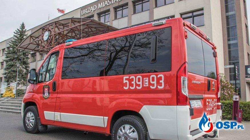 """Nowe auto w garażu OSP Sieradz. """"Przyda się do transportu strażaków"""". OSP Ochotnicza Straż Pożarna"""