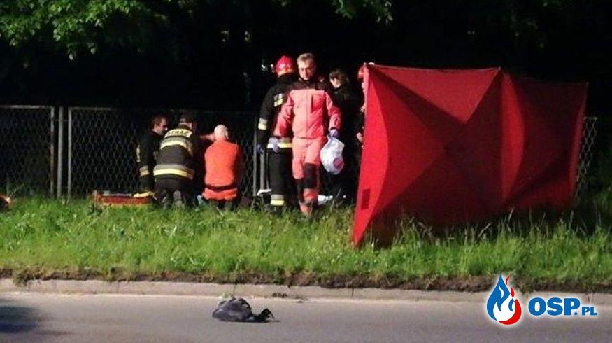 Motocyklista złamał znak i przewrócił latarnię. Tragiczny wypadek w Knurowie. OSP Ochotnicza Straż Pożarna