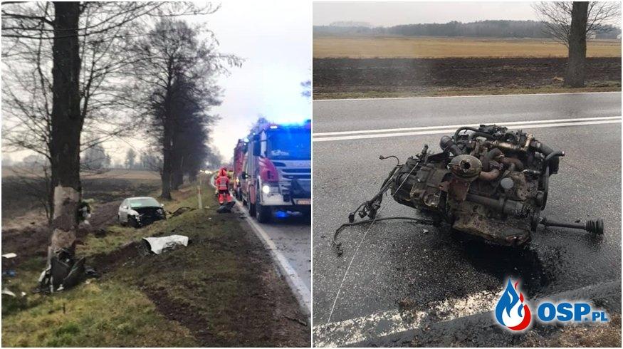 Silnik wypadł z auta po zderzeniu z drzewem. Groźny wypadek pod Białą Podlaską. OSP Ochotnicza Straż Pożarna