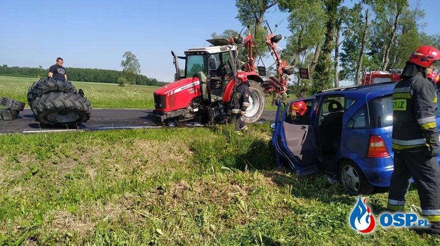 Wyrwane koła traktora, rozbity mercedes. Groźny wypadek w Kaliszu. OSP Ochotnicza Straż Pożarna