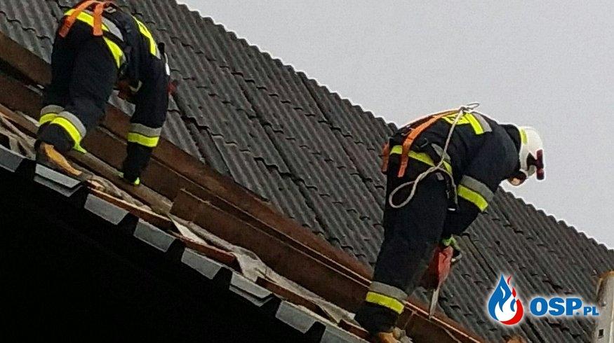 Konar drzewa na drodze w Nowej Wsi oraz zerwany dach w Olbrachcicach OSP Ochotnicza Straż Pożarna