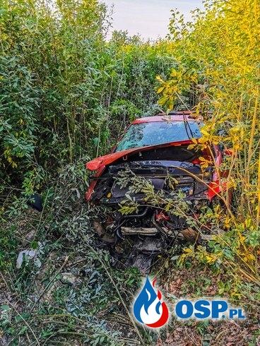 Trzy osoby wypadły z kabrioletu podczas dachowania. Groźny wypadek pod Trzebową. OSP Ochotnicza Straż Pożarna