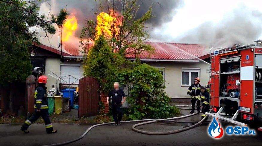 Groźny pożar pod Legionowem. Poddasze domu wielorodzinnego w ogniu. OSP Ochotnicza Straż Pożarna