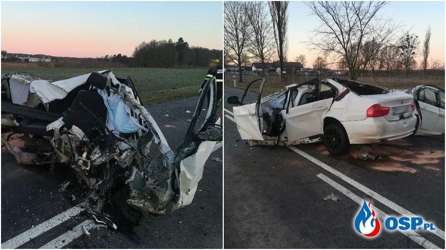 BMW rozpadło się po uderzeniu w drzewo. 23-latek zginął. OSP Ochotnicza Straż Pożarna