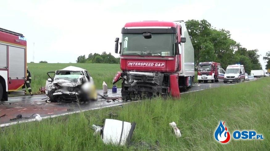 22-latek zginął w czołowym zderzeniu auta z ciężarówką OSP Ochotnicza Straż Pożarna