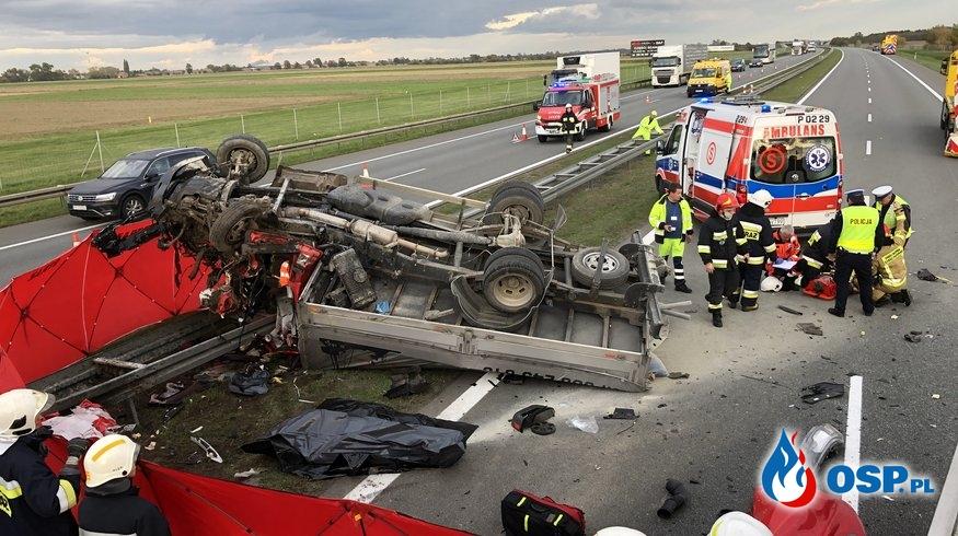 Auto dostawcze staranowało pojazd obsługi autostrady. Jedna osoba zginęła. OSP Ochotnicza Straż Pożarna