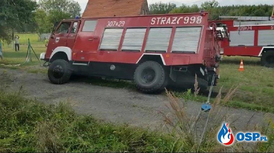 Pomoc w wyciaganiu samochódu ratowniczo - gaśniczego. OSP Ochotnicza Straż Pożarna