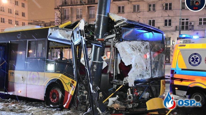 Wypadek autobusu w Warszawie. Wpadł w poślizg i uderzył w słup. OSP Ochotnicza Straż Pożarna