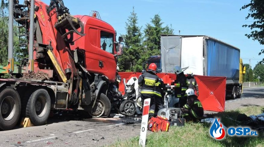 Auto zmiażdżone między ciężarówkami. Dwie osoby zginęły, kolejne dwie są ranne. OSP Ochotnicza Straż Pożarna