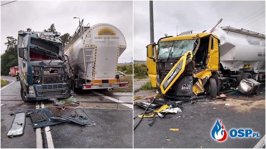 Czołowe zderzenie ciężarówek na przejeździe kolejowym. Dwie osoby są ranne. OSP Ochotnicza Straż Pożarna