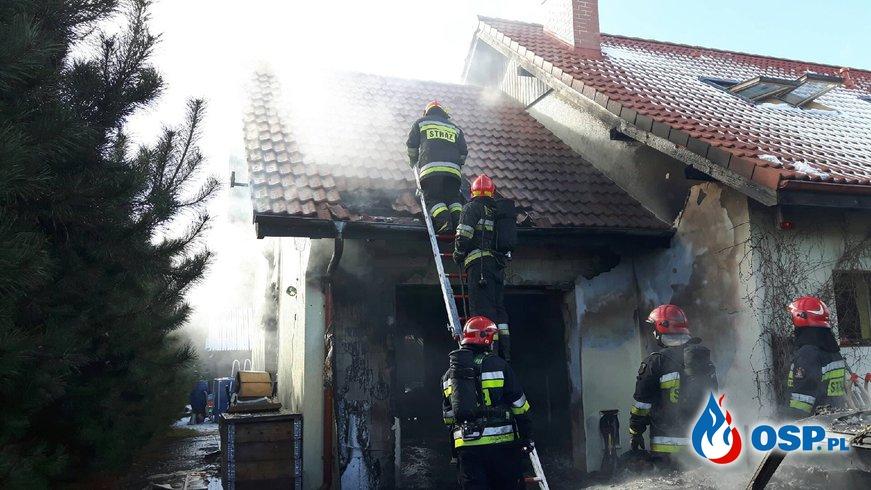 Garaż, samochód i motocykle spłonęły podczas pożaru w Dobrczu. OSP Ochotnicza Straż Pożarna