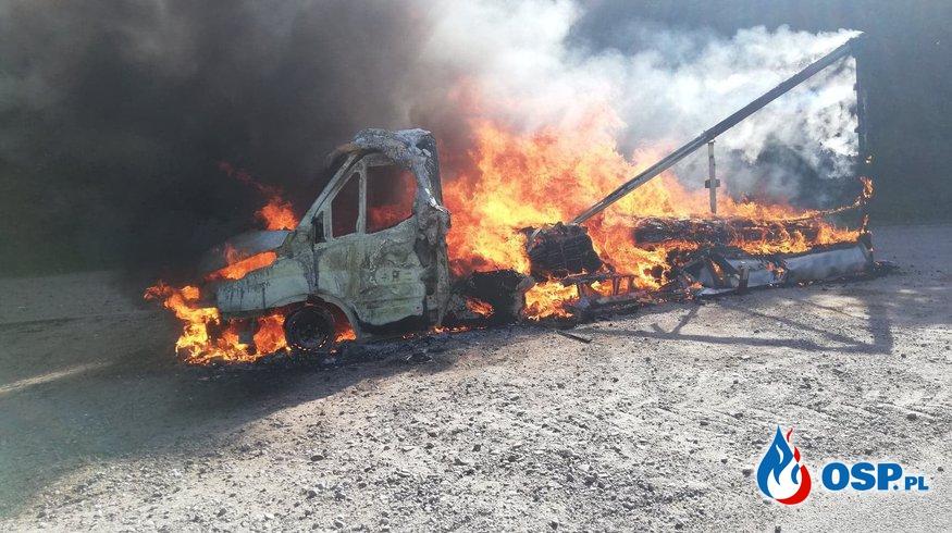 Pożar samochodu dostawczego. Auto stanęło w ogniu na lokalnej drodze. OSP Ochotnicza Straż Pożarna