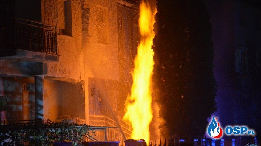 Kilkumetrowy słup ognia z przyłącza gazowego. Nocny pożar na warszawskiej Woli. OSP Ochotnicza Straż Pożarna