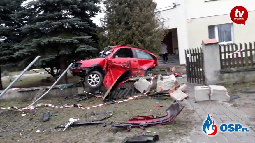 Tragiczne zderzenie na skrzyżowaniu. Auta wylądowały na ogrodzeniu. OSP Ochotnicza Straż Pożarna