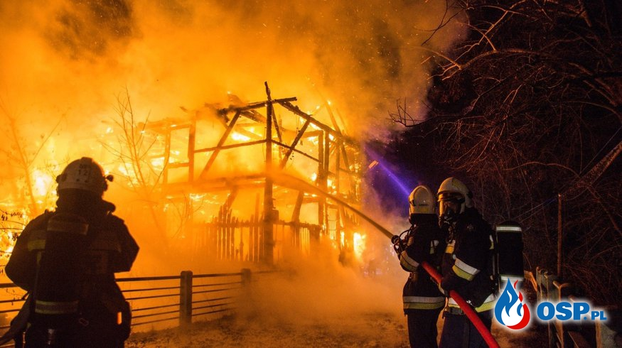 Spłonął zabytkowy młyn w Rudej. W akcji gaśniczej brało udział 9 zastępów strażaków. OSP Ochotnicza Straż Pożarna