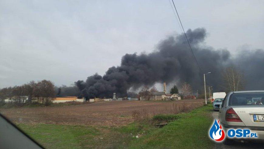 Pracownik zakładu zginął w pożarze, cztery osoby są ranne. Hala produkcyjna doszczętnie spłonęła. OSP Ochotnicza Straż Pożarna