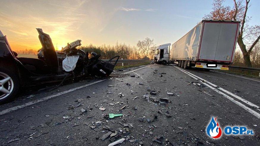 Kierowca fiata zjechał nagle na przeciwny pas. Zginął w czołowym zderzeniu z ciężarówką. OSP Ochotnicza Straż Pożarna